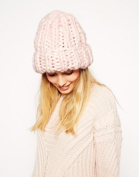 Объемная шапка крупной вязки с отворотом